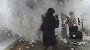 Ein regelrechter Schneeball begräbt den Perron samt der Pendler unter sich.