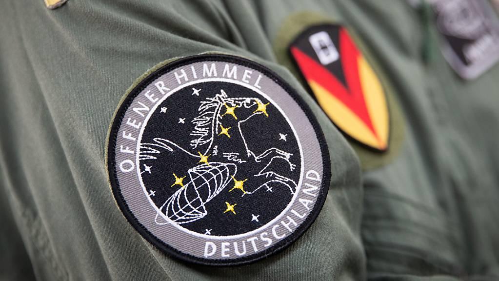 Das Abzeichen für die Mission «Offener Himmel» prangt am Arm eines Crew-Mitglieds eines Missionsflugzeugs der Bundeswehr (Archiv). Der vor sechs Monaten angekündigte Ausstieg der USA aus dem Abkommen über militärische Beobachtungsflüge ist wirksam geworden. (Archiv)
