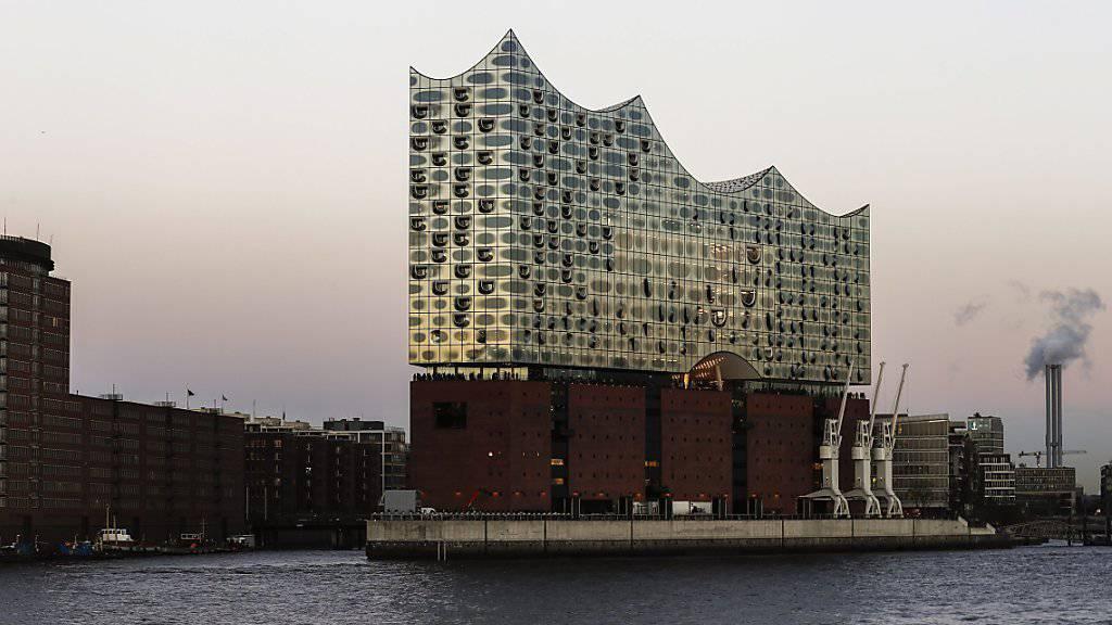 Sie ist das neue Wahrzeichen der Hansestadt Hamburg: Die mitten im Hafen stehende und auf einen alten Speicher drauf gesetzte Elbphilharmonie der Schweizer Architekten Herzog & de Meuron.