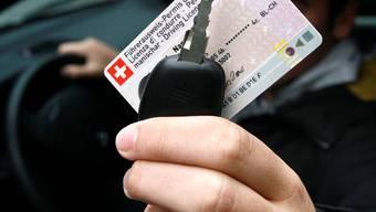 Hunderte Neulenker mussten den Führerschein auf Probe schon wieder abgeben: Symbild Autofahern Fahrausweis.
