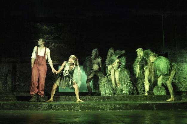 Die grüne Tochter des Trollkönigs (Atina Tabé) will Peer verführen.