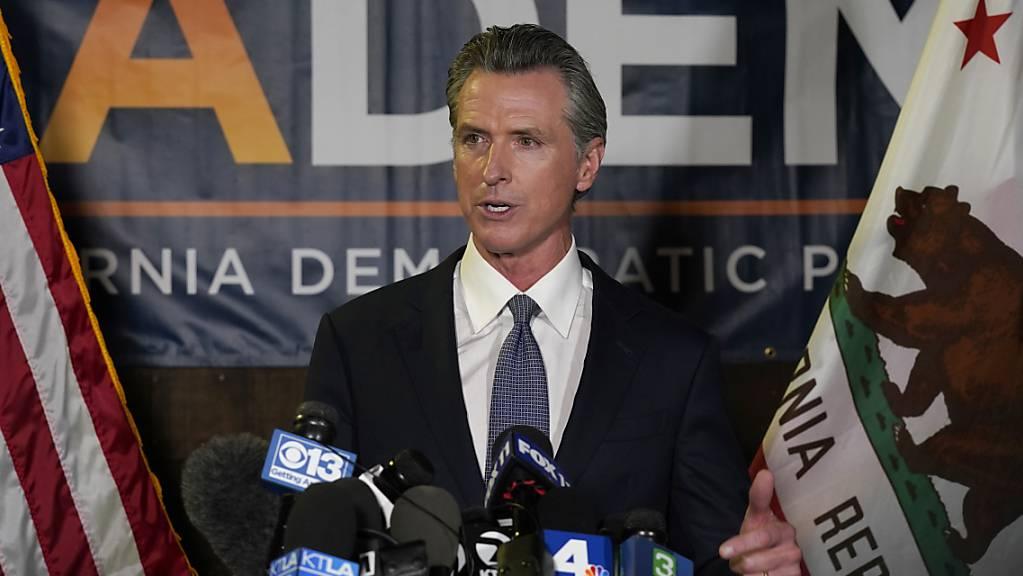 Der kalifornische Gouverneur Gavin Newsom hat Prognosen zufolge erfolgreich den Versuch seiner republikanischen Gegner abgewehrt, ihn vorzeitig aus dem Amt zu drängen.