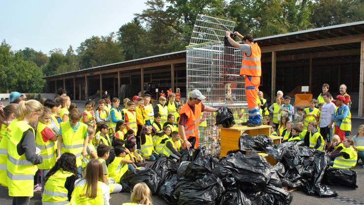 Strassenmeister René Hahn füllt den von den Kindern gesammelten Abfall in eine Plexiglas-Box. Diese wird auf dem Zähringerplatz ausgestellt. nbo
