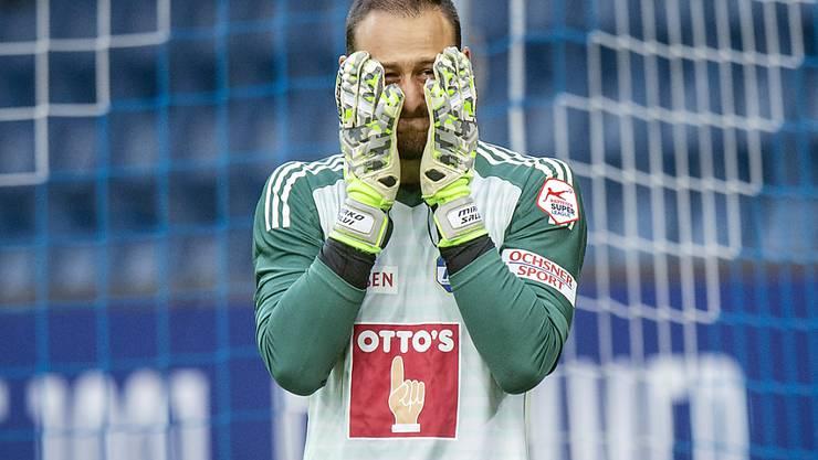 Luzerns Goalie Mirko Salvi vergräbt das Gesicht in den Händen