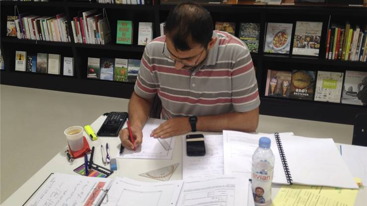 Muzaffer Sahin, vertieft in seine Lernunterlagen. Isabel Hempen