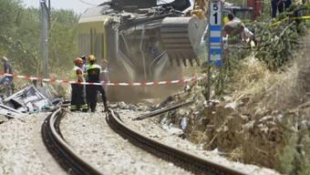Bergungsarbeiten nach dem verheerenden Zugunglück auf dem einspurigen Streckenabschnitt nördlich von Bari.