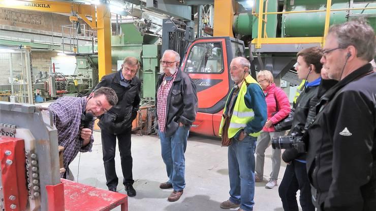 Firmenchef Kurt Schumacher (links) erläutert den Herznachern die Backsteinproduktion. GHI