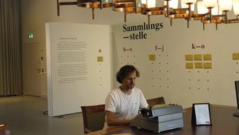 Marc Griesshammer, Leiter des Stadtmuseums Aarau, an der Sammlungsstelle für Corona-Wörter.