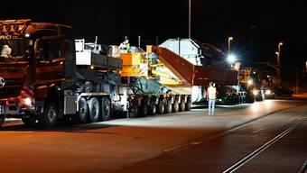 Die vier leer je 194 Tonnen schweren und 12 Meter langen Pole wurden  mit einem Spezial-Tieflader einzeln vom Auhafen in Muttenz BL nach Laufenburg AG transportiert.