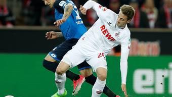 epa05920050 Hoffenheims Steven Zuber (links) im Zweikampf gegen Kölns Lukas Klünter