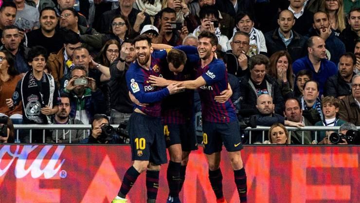 Lionel Messi und Sergi Roberto (rechts) feiern den Torschützen Ivan Rakitic