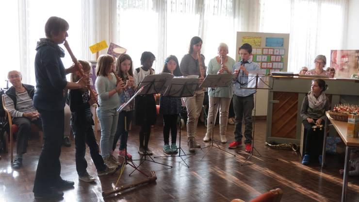 Eine Musikschulklasse umrahmt die Vernissage musikalisch.
