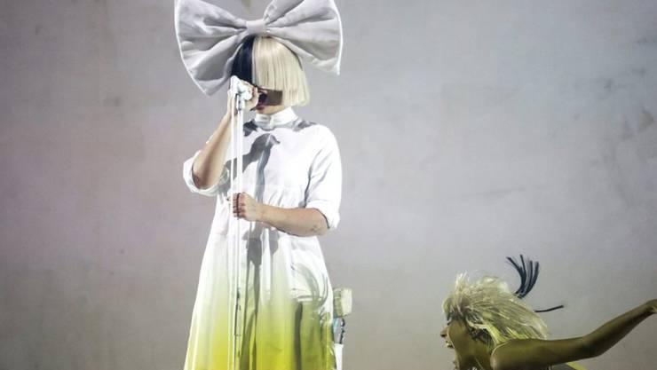 Sängerin Sia verdeckt wohl gerne ihr Gesicht - sich gänzlich nackt zu zeigen, macht der Australierin dagegen keine Mühe. (Archivbild)