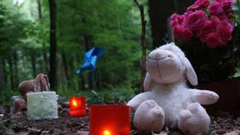Nach dem Pfingstlager: Zeichen der Trauer an der Unfallstelle im Oetwiler Wald. (Foto: Nicole Emmengger)