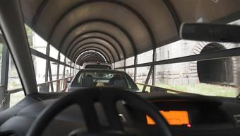 Ein Autoverladezug fährt von Brig VS in den Simplon-Eisenbahntunnel, der das Wallis mit Iselle di Trasquera im grenznahen Piemont verbindet.