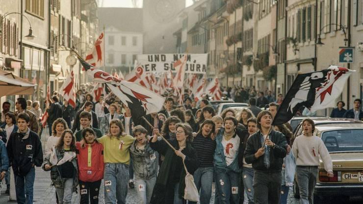 Die Laufentaler Bewegung feiert am 12. November 1989 zusammen mit autonomen Südjurassiern, die ebenfalls auf das Recht für einen Kantonswechsel hoffen, den Entscheid ausgelassen in den Strassen des Hauptorts Laufen.