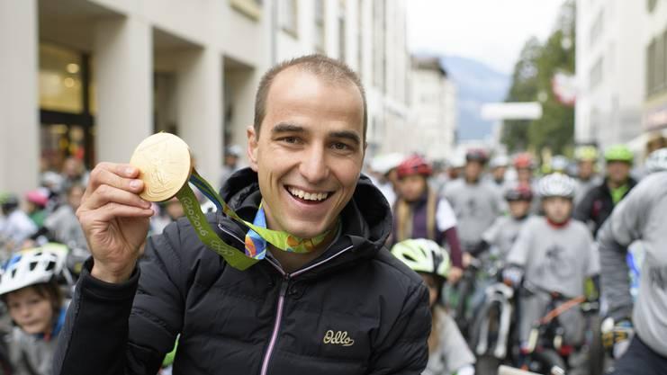 Nino Schurter präsentiert seine Goldmedaille von Rio.