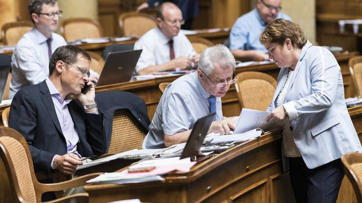 Magdalena Martullo-Blocher, SVP-GR, rechts, diskutiert mit Jean-Pierre Grin, SVP-VD, Mitte, links telefoniert Roger Képpel, SVP-ZH.