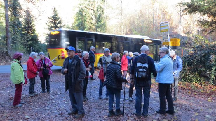 Ausstieg der Wandergruppe an der Seetalhöhe in Seewen