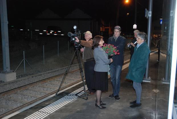 Gespannte Ruhe vor der Einfahrt des ersten Zuges am neuen Bahnhof.
