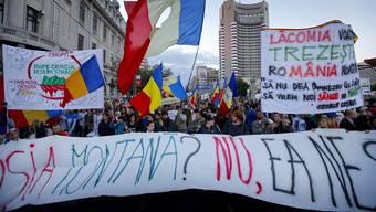 Tausende protestieren gegen Goldbergbauprojekt in Rumänien.