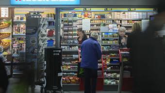 Beim Kauf von Zigaretten wurde einer Frau Minzbonbons angeboten. (Archiv)