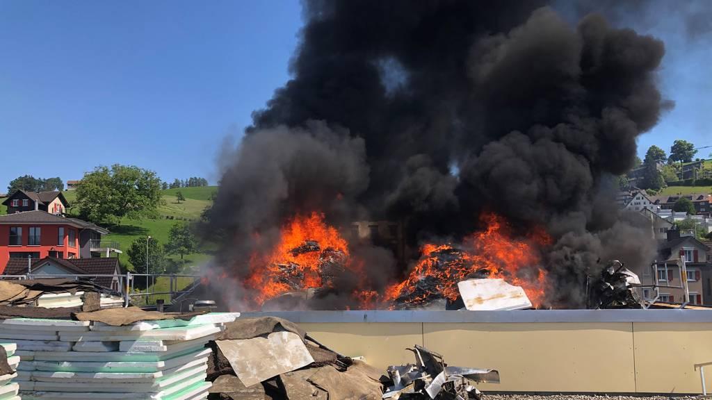 Baustoff auf Flachdach fängt Feuer