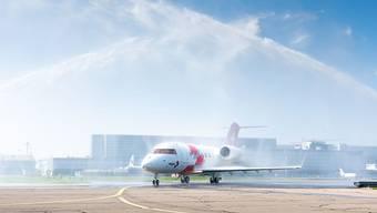 Mit einer Wasserdusche ist der neue Ambulanzjet der Rega am Dienstag am Zürcher Flughafen empfangen worden. Er bringt mehr Platz und neue Technologien.