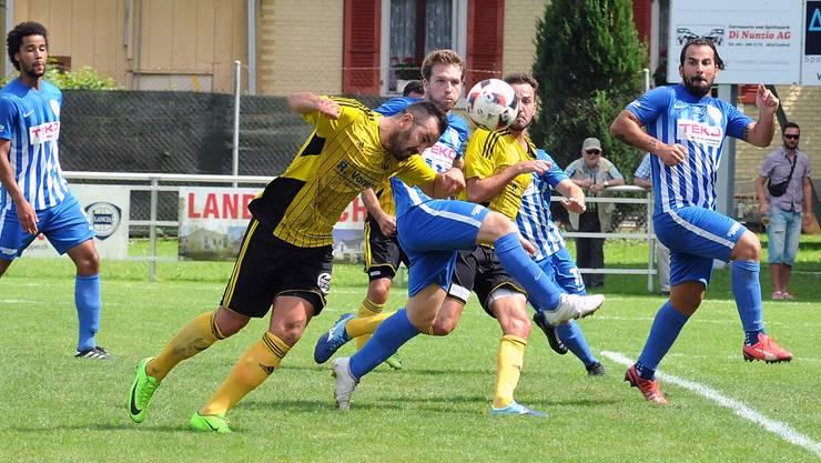 Strichkampf pur heissts am Sonntag zwischen dem FC Olten und dem FC Dulliken. Das Hinspiel gewann der Stadtklub bei den Niederämtern mit 2:1. Sturmtank Hazir Zenuni (beim Kopfball) hat mittlerweile die Seiten gewechselt.