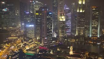 Der Stadtstaat Singapur hat Angst vor einem Verkehrskollaps und lässt vorerst keinen neuen Privatfahrzeuge zu, solange nicht ein altes Auto von der Bildfläche verschwindet. (Archivbild)