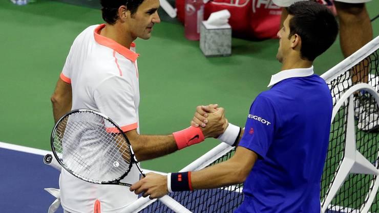 Es ist das Bild der Stunde. Novak Djokovic schlägt Federer mit 6:4, 5:7, 6:4 und 6:4. Nach dem Spiel verspricht Federer: Er wird nächstes Jahr zurückkehren!
