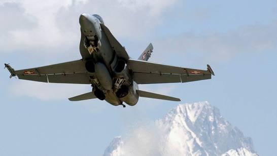 Ein F/A-18-Flugzeug der Schweizer Luftwaffe über Sitten (Archiv)
