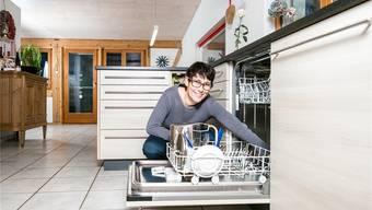 Hauswirtschaft konkret: Colette Basler reinigt in ihrer Küche den Filter des Geschirrspülers.