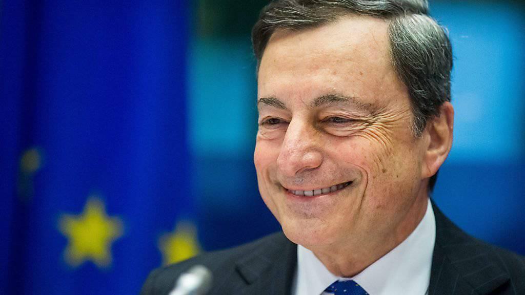 Vorerst gibt er den Rufen aus Deutschland nach einer weniger expansiven Geldpolitik nicht nach: EZB-Präsident Mario Draghi. (Archiv)