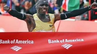 Sammy Wanjiru überquert das Ziel als Erster