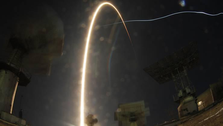 Mit der Sojus-Kapsel erfolgreich in den Erdorbit geflogen: Drei Astronauten erreichen die ISS.