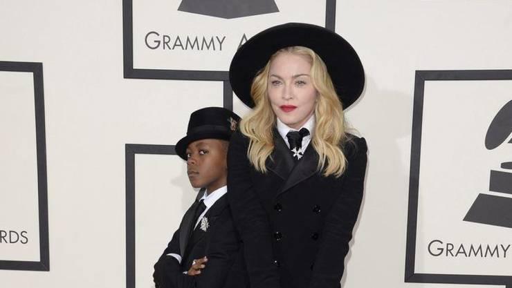 Madonna mit ihrem Sohn David Banda Mwale. Nachdem der Junge die Aufnahmeprüfung an eine portugiesische Fussballschule bestanden hat, zieht Madonna offenbar nach Lissabon. (Archivbild)