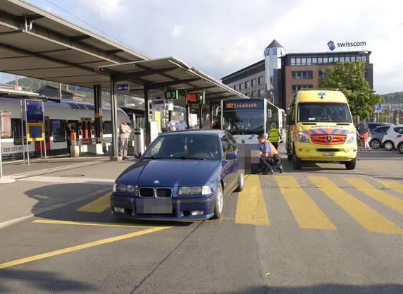 Olten SO, 15. Juli: Unmittelbar vor dem Hauptbahnhof Olten ist eine Fussgängerin beim Überqueren der Strasse von einem rückwärtsfahrenden Auto erfasst und schwer verletzt worden.