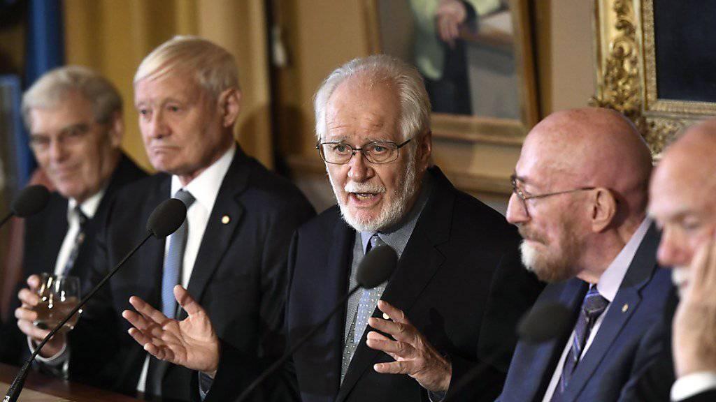 Der Waadtländer Nobelpreisträger Jacques Dubochet (Mitte) hatte in den vergangenen Tagen in Stockholm Gelegenheit die ebenfalls Geehrten zu treffen - am Sonntagnachmittag wird dann die offizielle Zeremonie stattfinden.