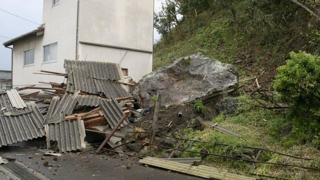 Das Erdbeben sorgte für Schäden im Westen der japanischen Hauptinsel Honshu. Hier im Bild: ein vom Beben ausgelöster Erdrutsch in Ohda.