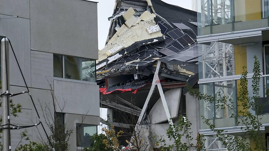Blick auf das eingestürzte Gebäude, das sich noch im Bau befand. Foto: Nicolas Maeterlinck/BELGA/dpa