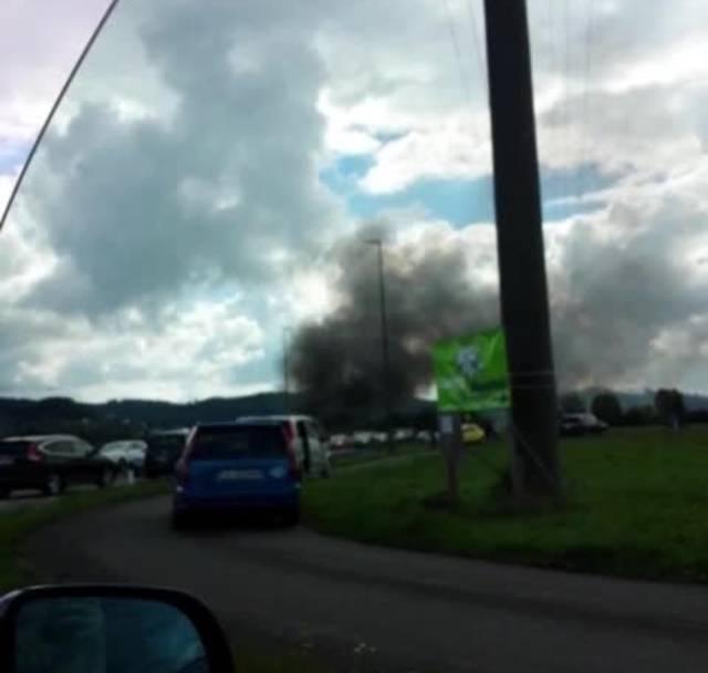 Kleinflugzeug stürzt bei Kölliken ab: Augenzeugen filmten die Unfallstelle bei der Autobahnausfahrt Suhrentalerstrasse.