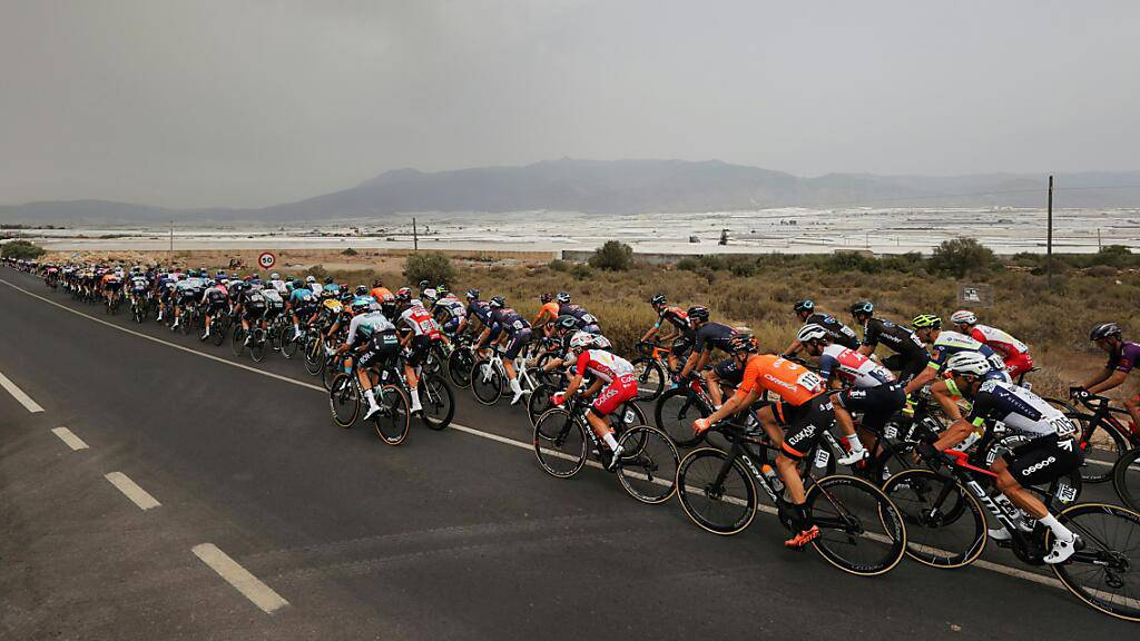 Der Vuelta-Tross fährt der andalusischen Küste entlang
