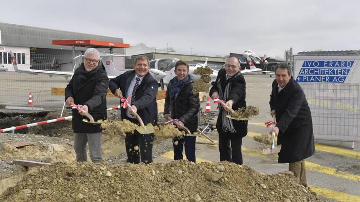 Von links: Ivo Erard, Architekt, David Birrer, Geschäftsführer Lufthansa Aviation Training, Ernst Kohler, CEO Rega, Ernest Oggier, Flughafendirektor und Erich Blösch, VR-Präsident Regionalflugplatz Jura-Grenchen AG.
