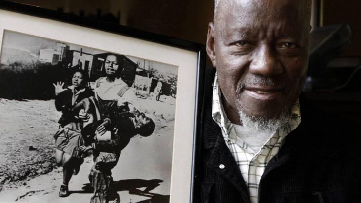 Der südafrikanische Fotograf Sam Nzima ist im Mai 2018 im Alter von 83 Jahren gestorben. Berühmt machte ihn dieses Foto von 1976. Es zeigt einen Schwarzen, der den sterbenden Hector Pieterson in den Armen hält. (Archiv)