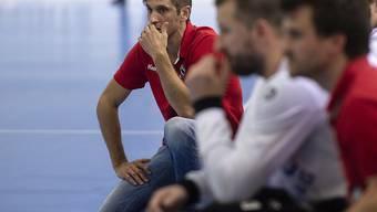 Adi Brüngger (kniend), der Trainer von Pfadi Winterthur, sah gegen den BSV Bern Muri das Unheil in Form der ersten Heimniederlage kommen
