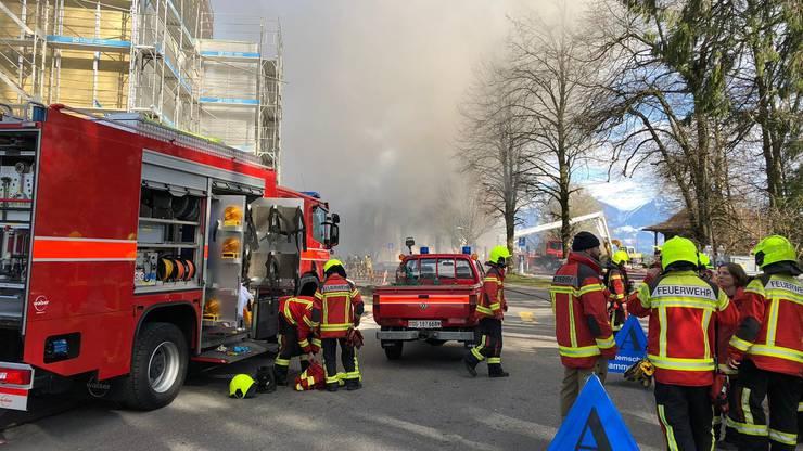 Die ausgerückten Feuerwehren entdeckten den Brandherd in einem Unterstand im Aussenbereich einer Lagerhalle, wo Kunststoffpaletten lagerten.