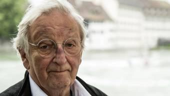 Der Schweizer Schriftsteller Peter Bichsel feiert am heutigen Dienstag seinen 85. Geburtstag. Von sich selbst sagt er, er sein kein leidenschaftlicher Schriftsteller. Aber er ist ein leidenschaftlicher Erzähler. (Archivbild)
