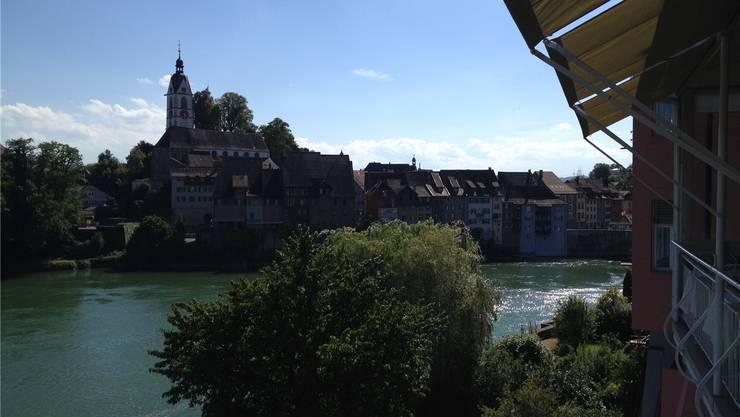 Der Blick auf das aargauische Laufenburg mit Burghügel und Stadtkirche vom Restaurant Rebstock in Badisch-Laufenburg.