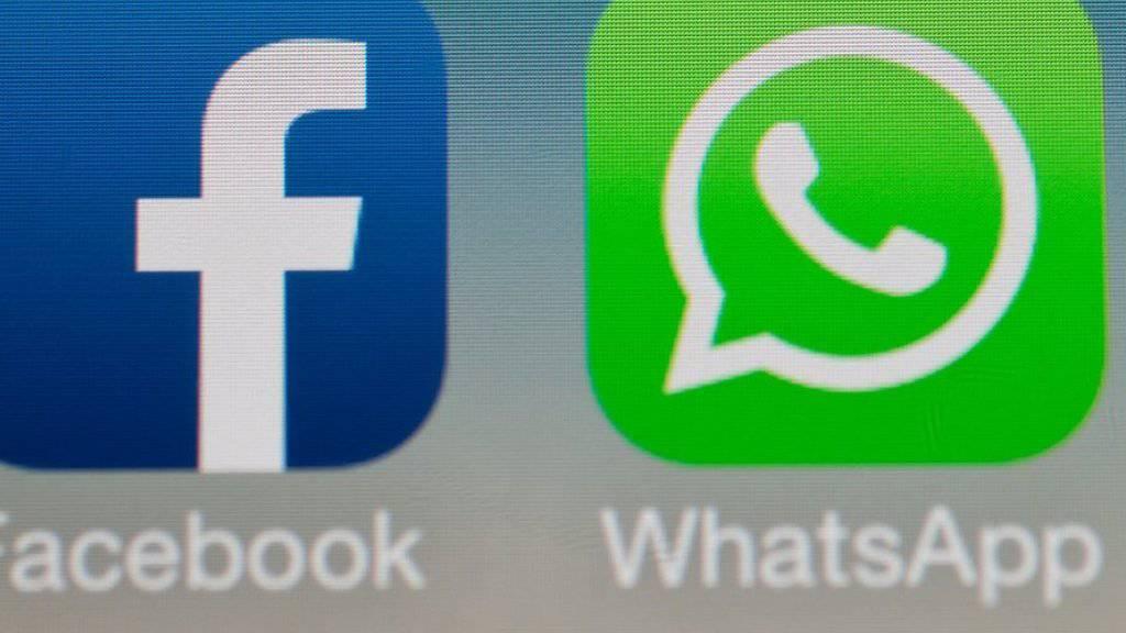 Die Logos von Facebook und WhatsApp auf einem Smartphone.